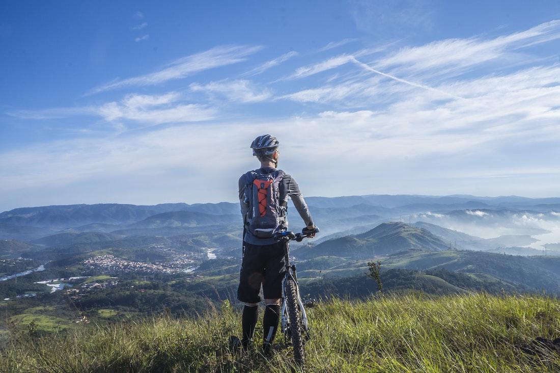 Strój na rower. Jak się ubrać by czuć się komfortowo i bezpiecznie?