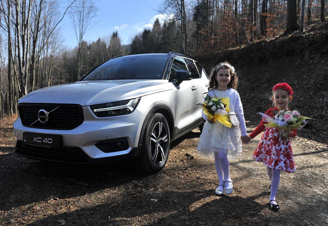 Volvo XC40 luksusowy samochód rodzinny 2018 z elegancką kolekcją ubrań dziecięcych Mayoral