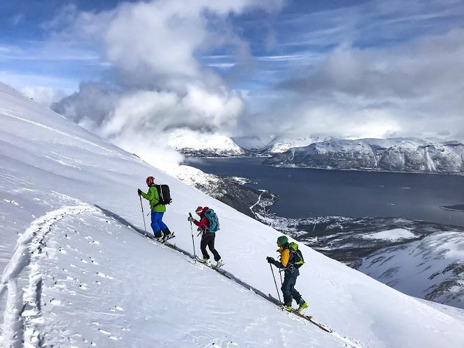 Skitouring - moda na narciarstwo poza trasami