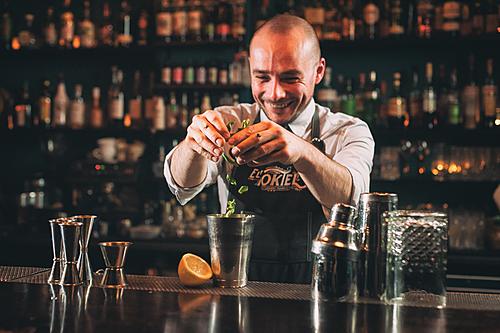 Koktajlowy savoir vivre.  Jak zachować się przy barze?
